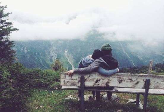 ../坐在椅子上的情侣.jpg