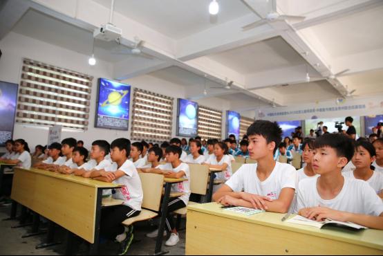 """奔赴2200公里 中国航天员体验营助飞""""天文小镇""""学子航天梦想"""