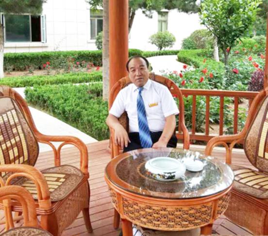 """近日,北京御锦世纪酒店管理集团公司总经理薛文俊被评为国内餐饮酒店十大管理专家。这位已鲜少在各大公众视线露面的资深酒店管理人,一直被业界誉为""""金牌御厨缔造者"""",作为中国御厨会创始人之一,薛文俊大师在中国餐饮业的知名度可谓是无人不知、无人不晓。这位活跃在中国餐饮行业第一线的烹饪大师,是厨艺双馨、德才兼备的国际艺术烹饪大师,中国酒店业令人尊敬的领军人物。"""