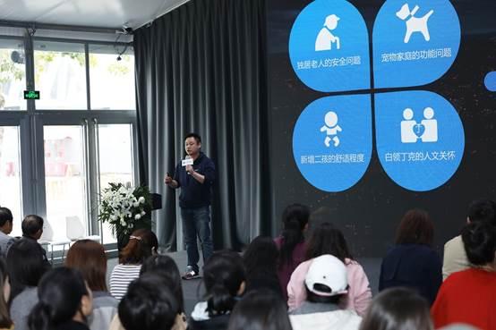 图片包含 人员, 群组, 室内, 人物 已生成高可信度的说明